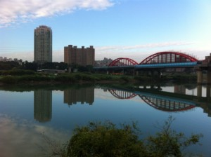 A prime spot for lots of urban gardens is right next to the rivers that run through Taipei.  They are basically interspersed between public parks. Although it's a little hard to tell from this photograph, on the other side of this river is a plot of farmland.